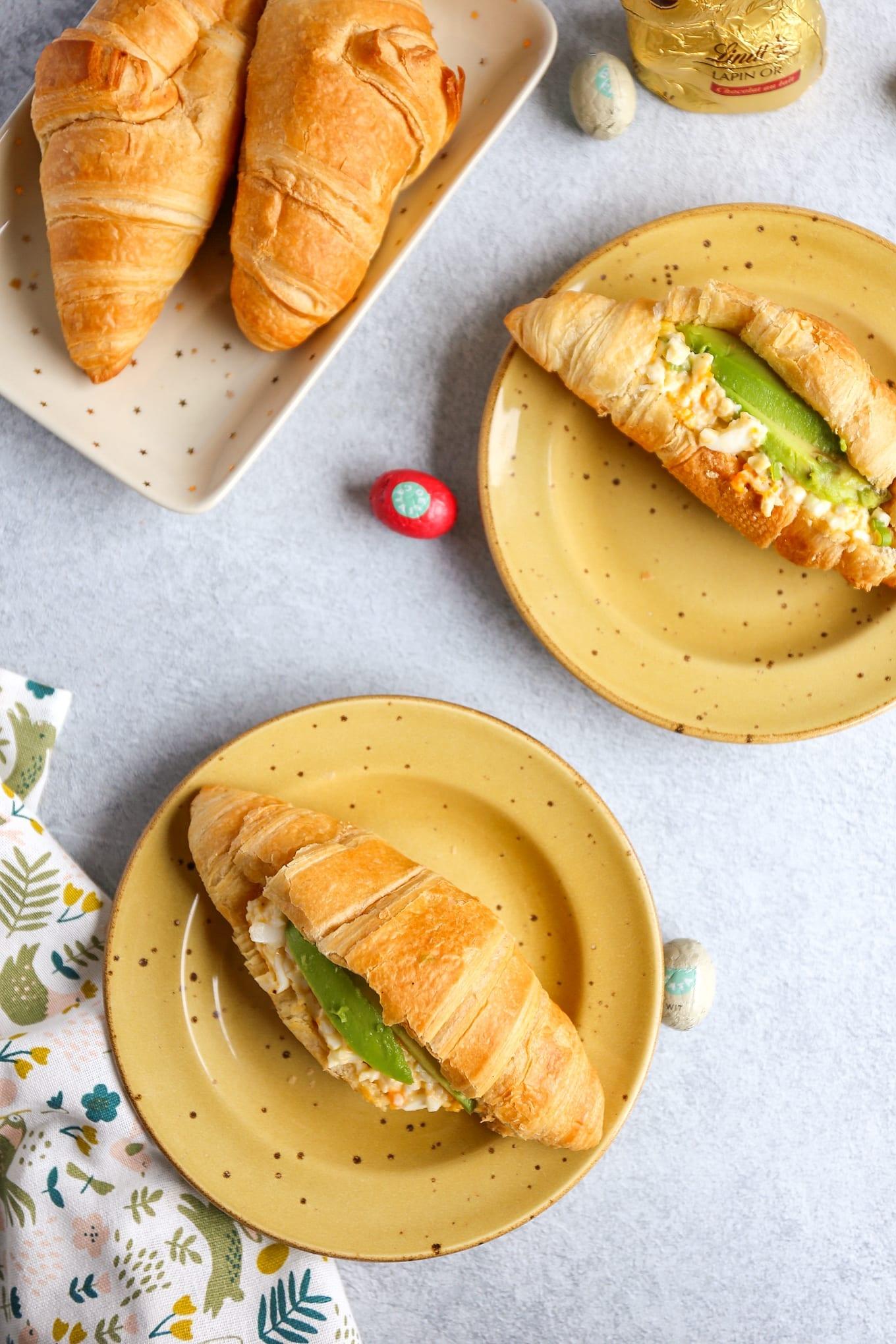 Croissantjes met eiersalade en avocado