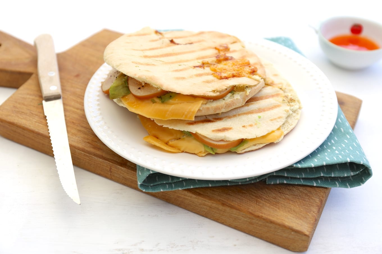 Pita tosti met avocado en kip