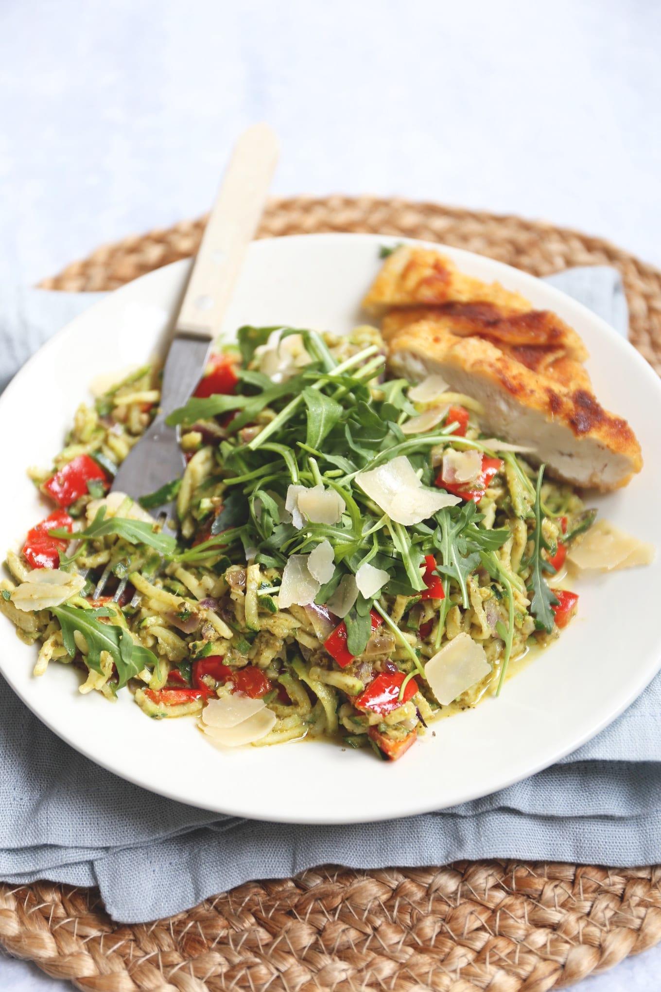 Courgette pasta met kip en pesto