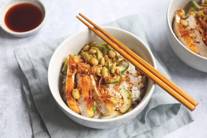 Sushi bowl met kip