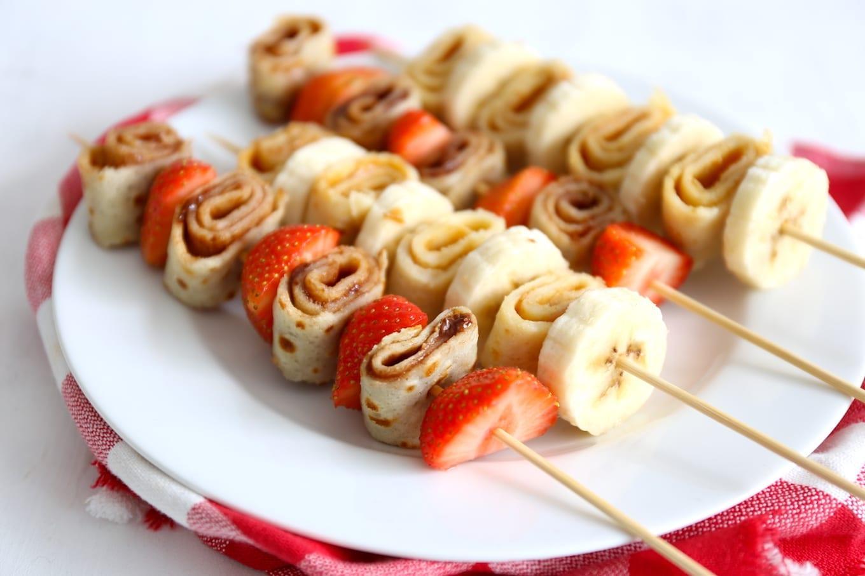 Pannenkoek spiesje met aardbeien en banaan