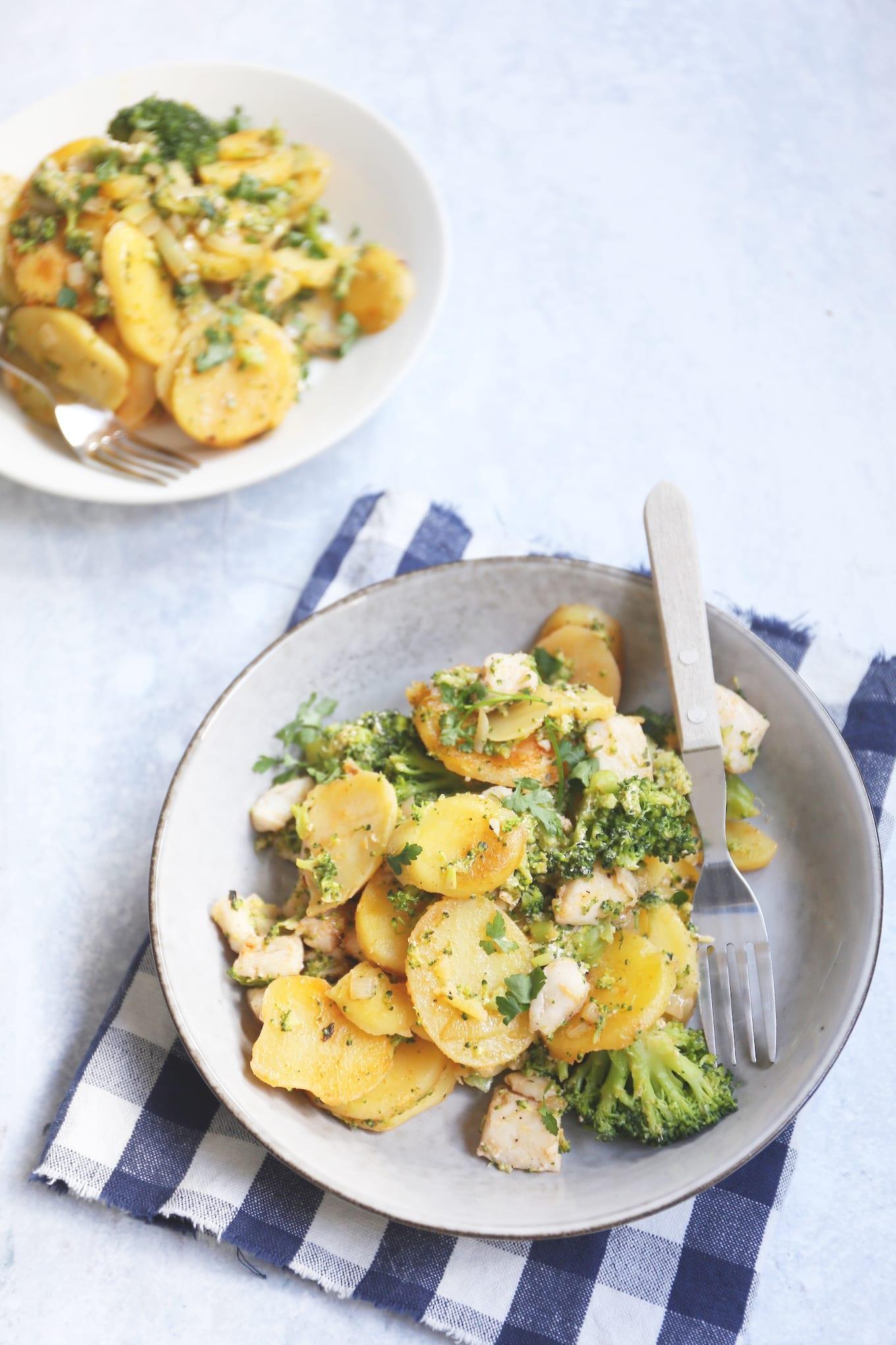Aardappelschotel met broccoli en vis