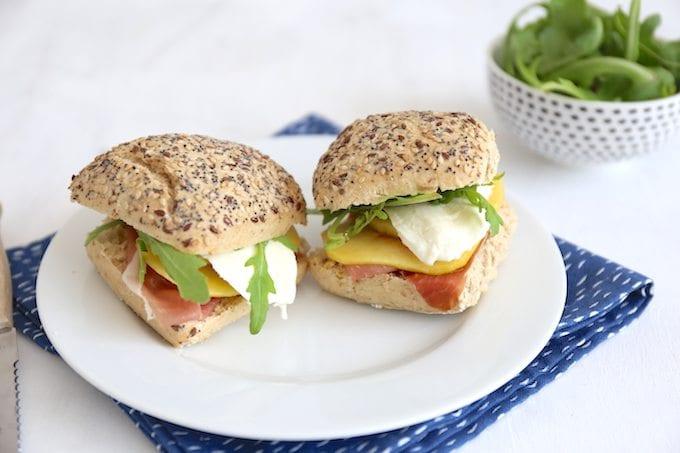 Sandwich met parmaham en perzik