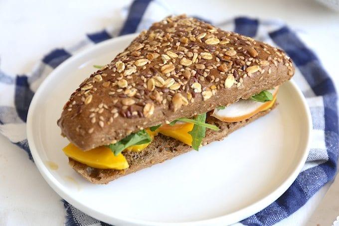 Sandwich met gerookte kip en mango