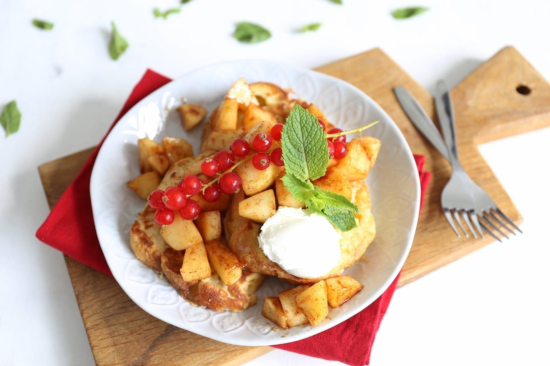 Wentelteefjes van suikerbrood met rood fruit