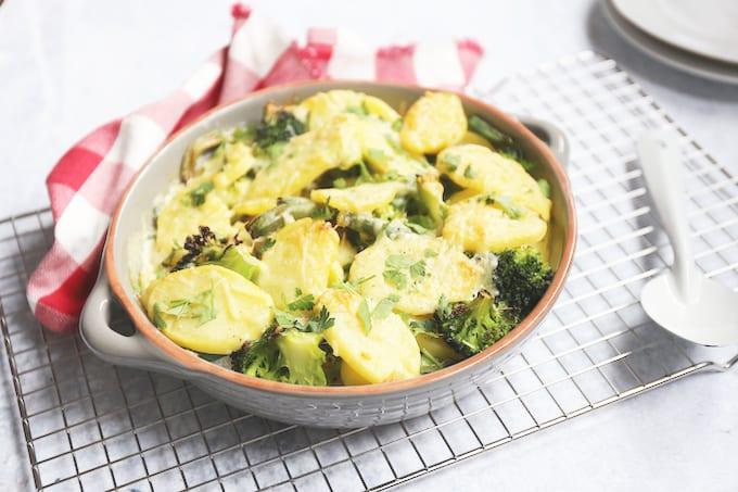 Aardappelschotel met broccoli en sperziebonen