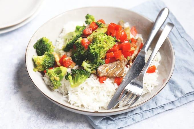 Wokschotel met biefstuk en broccoli