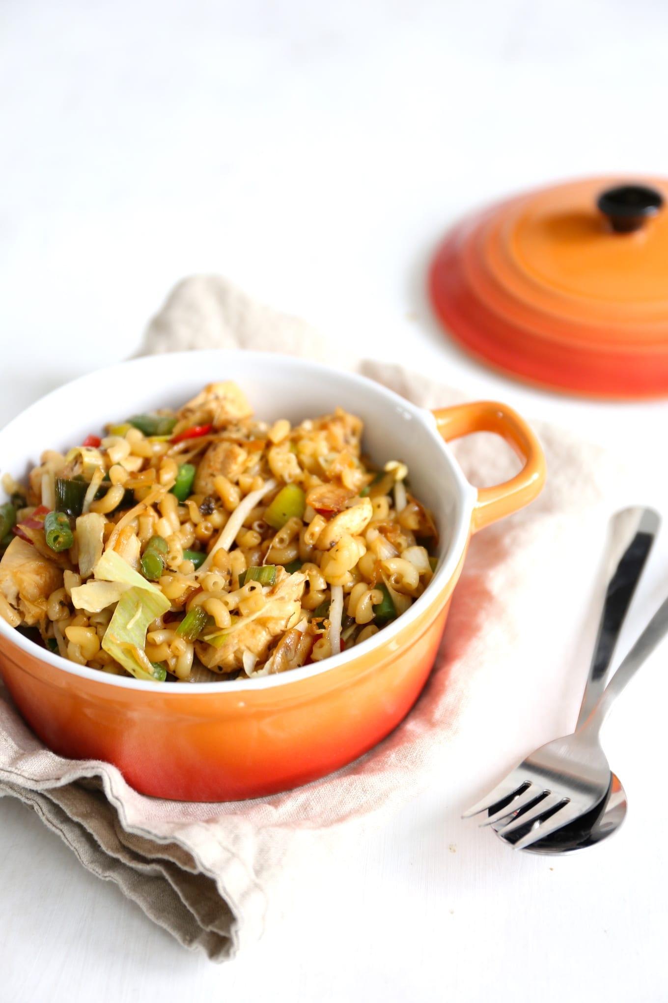 Macaronischotel met kip en groenten