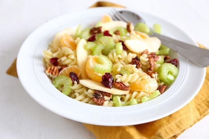 Pastasalade met cranberry's en pecannootjes