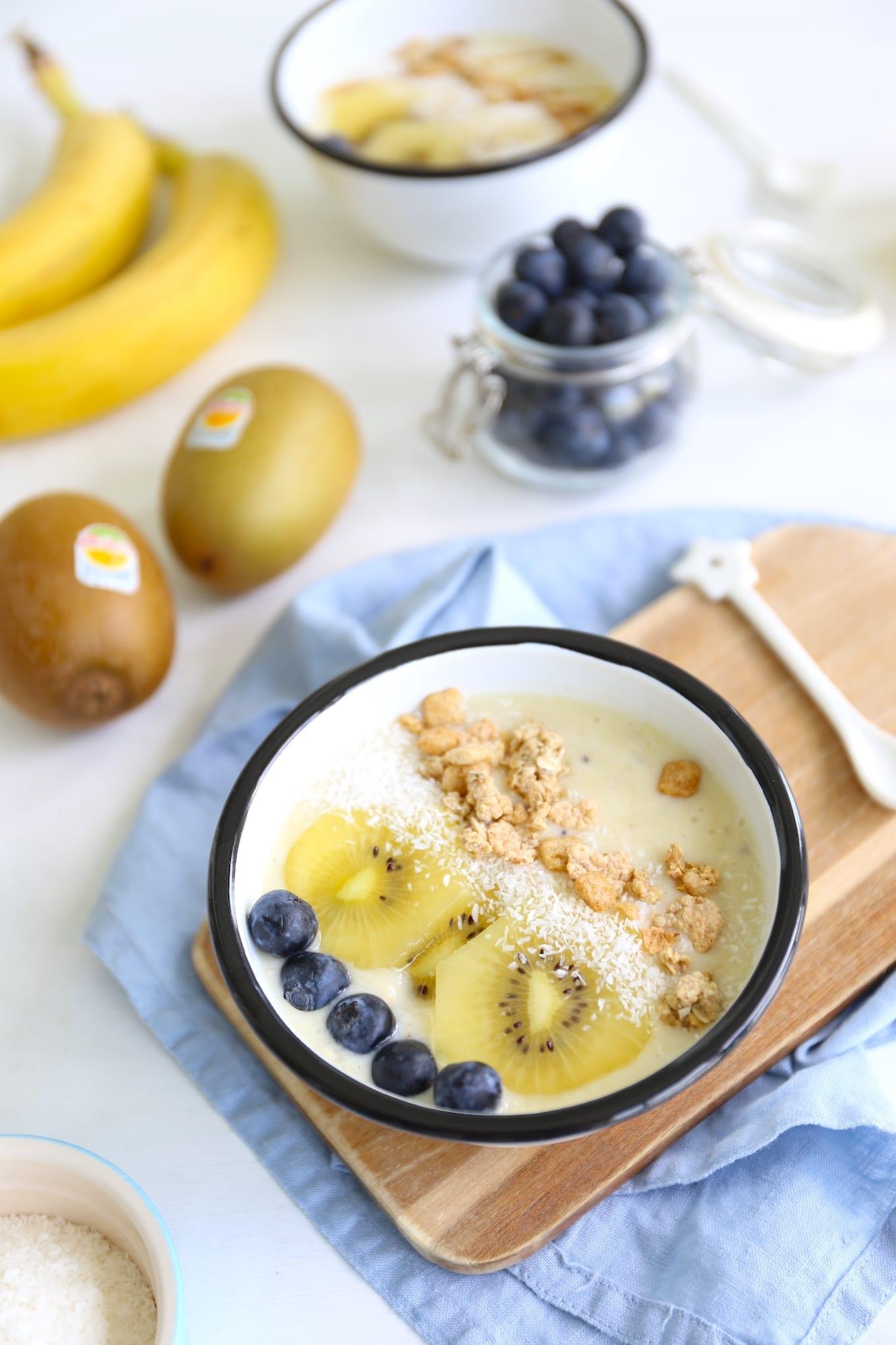 Smoothie bowl met kiwi en blauwe bessen