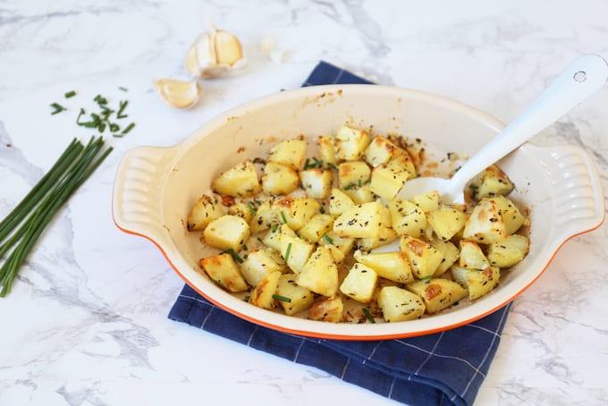 Aardappelpartjes met knoflook en Parmezaanse kaas