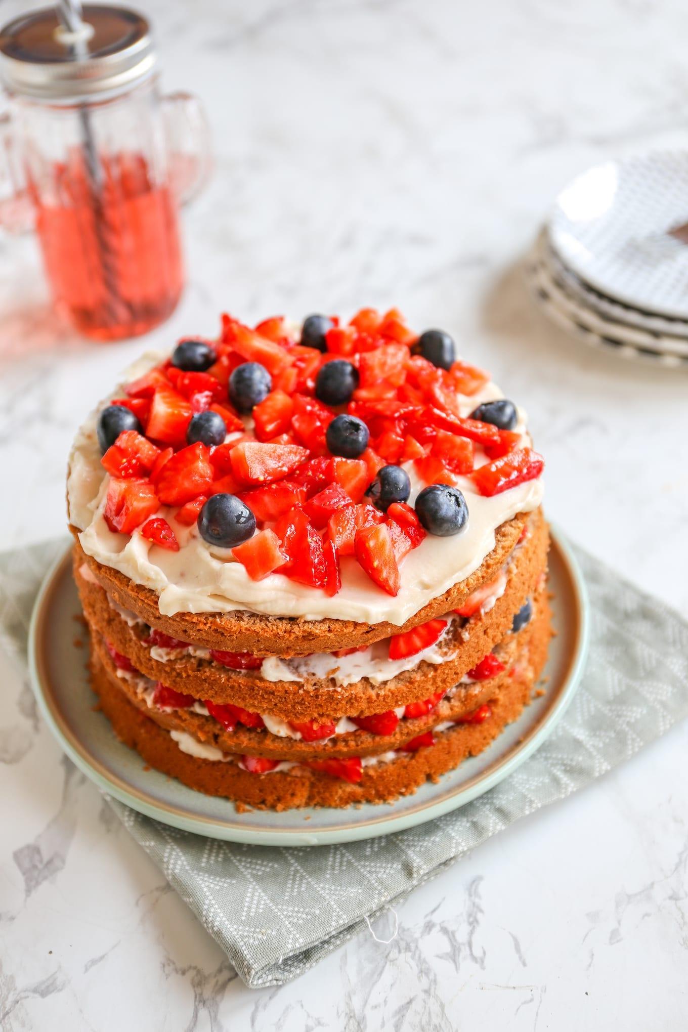 Chocoladetaart met aardbeien en frambozen