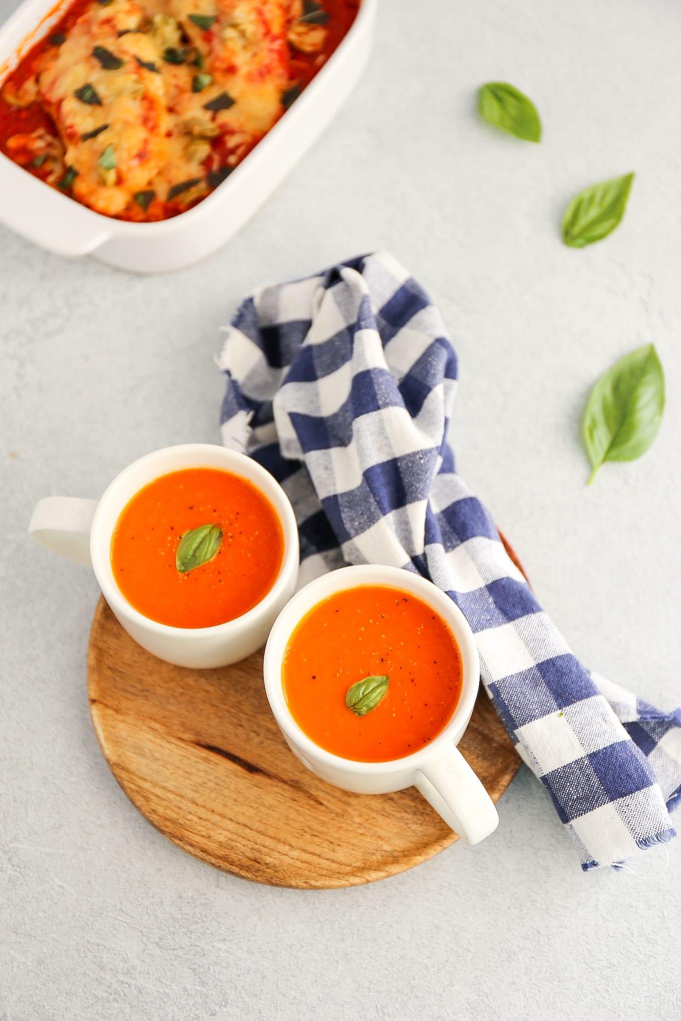 tomatensoep met basilicum en parmezaanse kaas