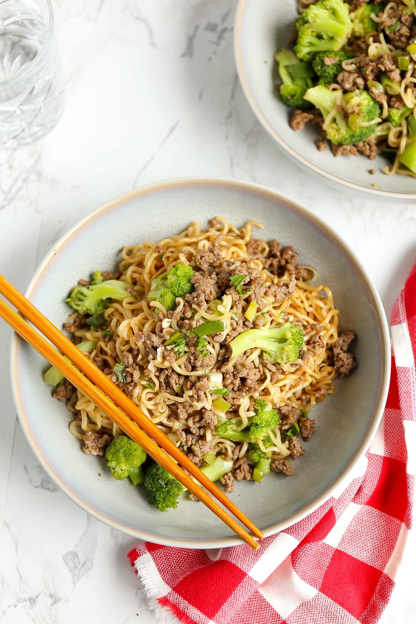 noedels met broccoli en gehakt