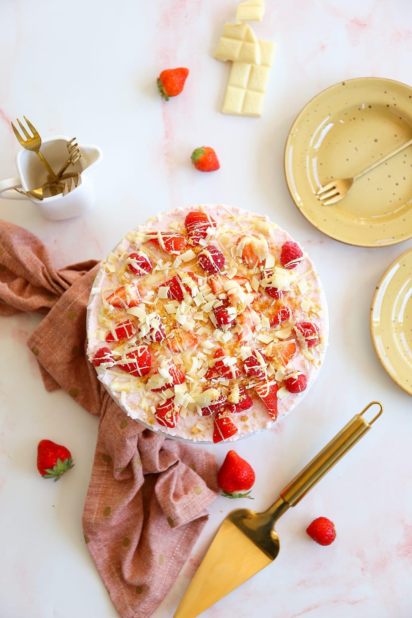 kwarktaart met aardbeien en witte chocolade