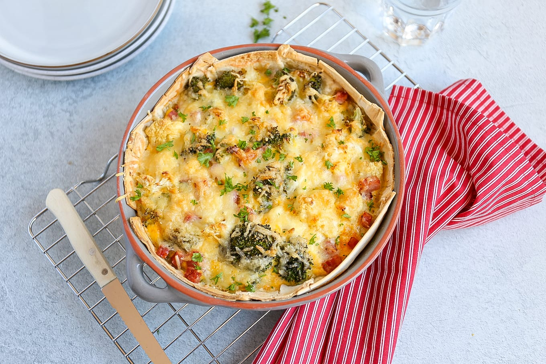 Hartige taart met bloemkool en broccoli