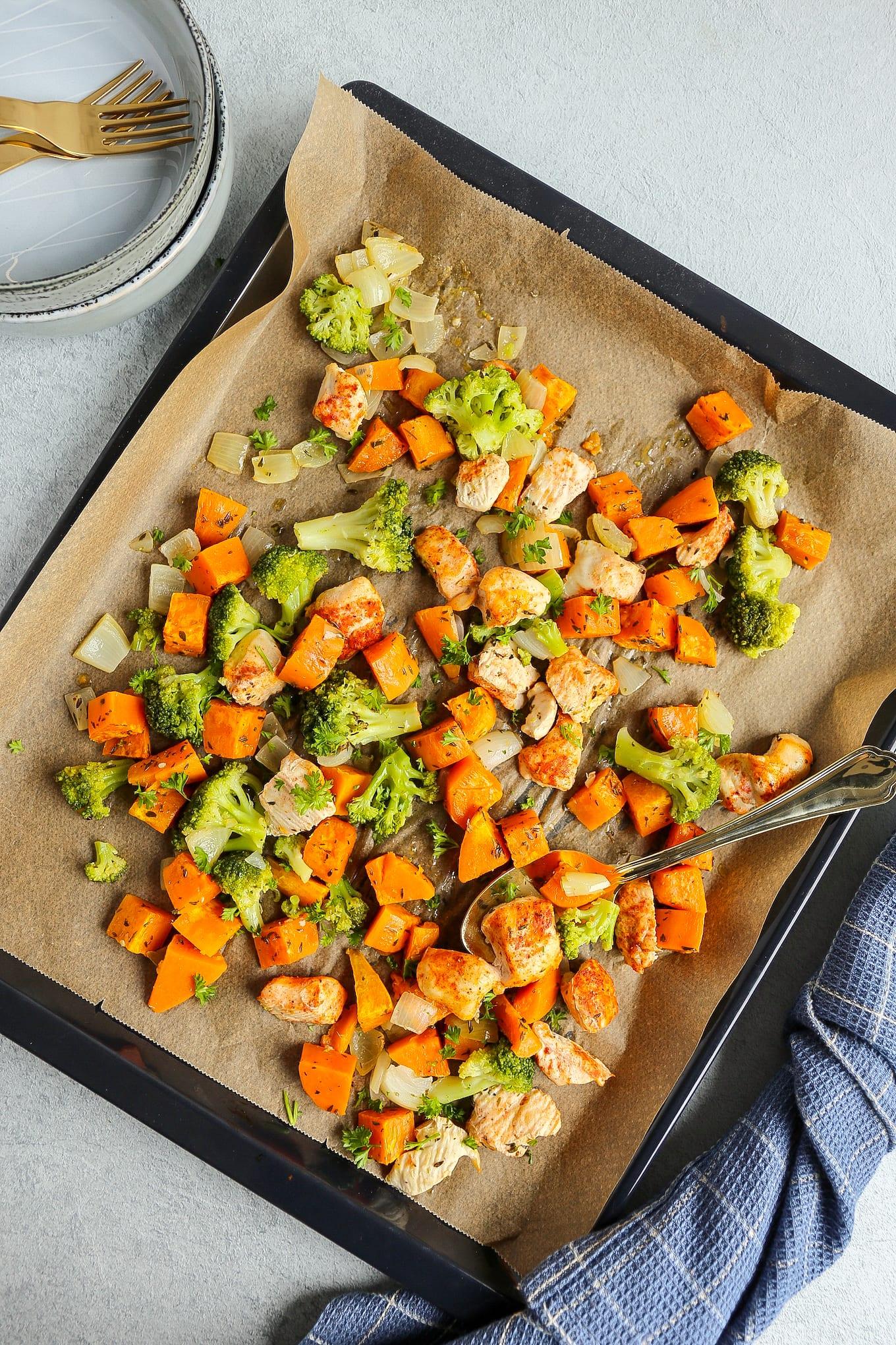 bakplaat met kip, aardappel en broccoli