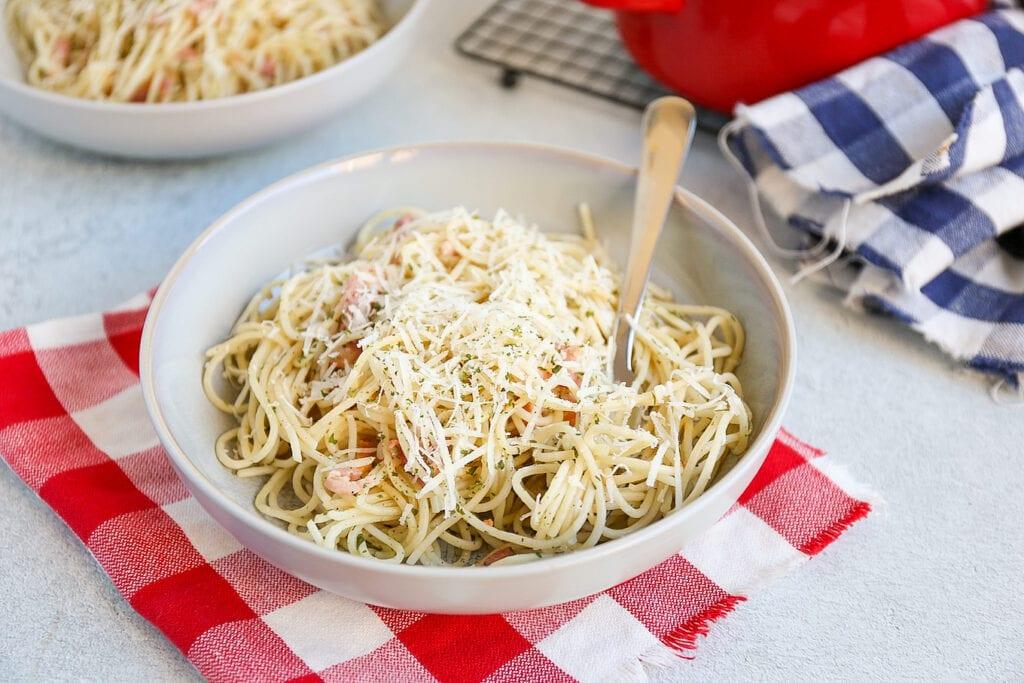 Pasta met spekjes en knoflook
