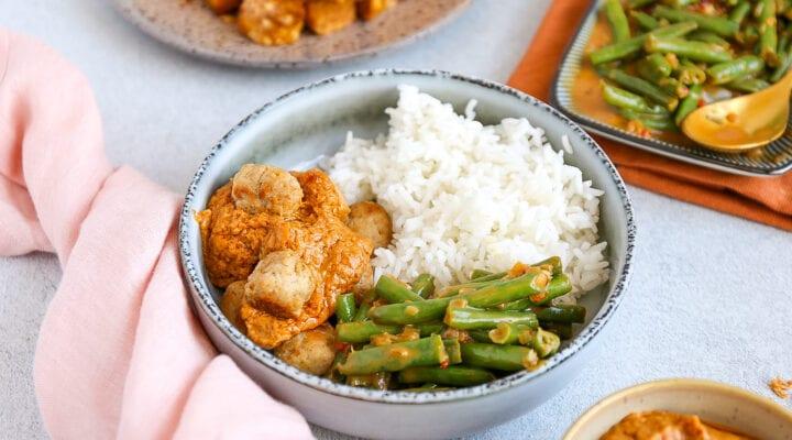 Kipballetjes in pindasaus met rijst
