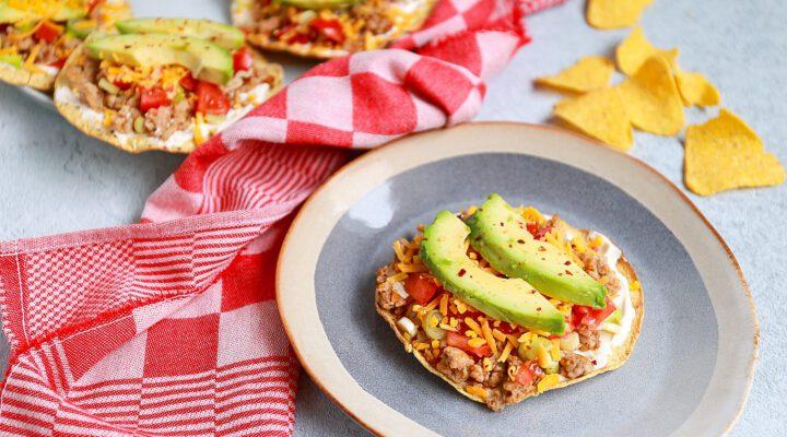 tostadas met kip en avocado
